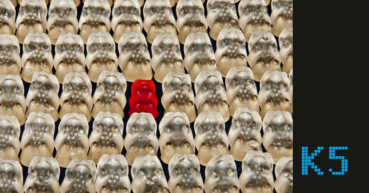 Weiße Gummibärchen und nur ein rotes