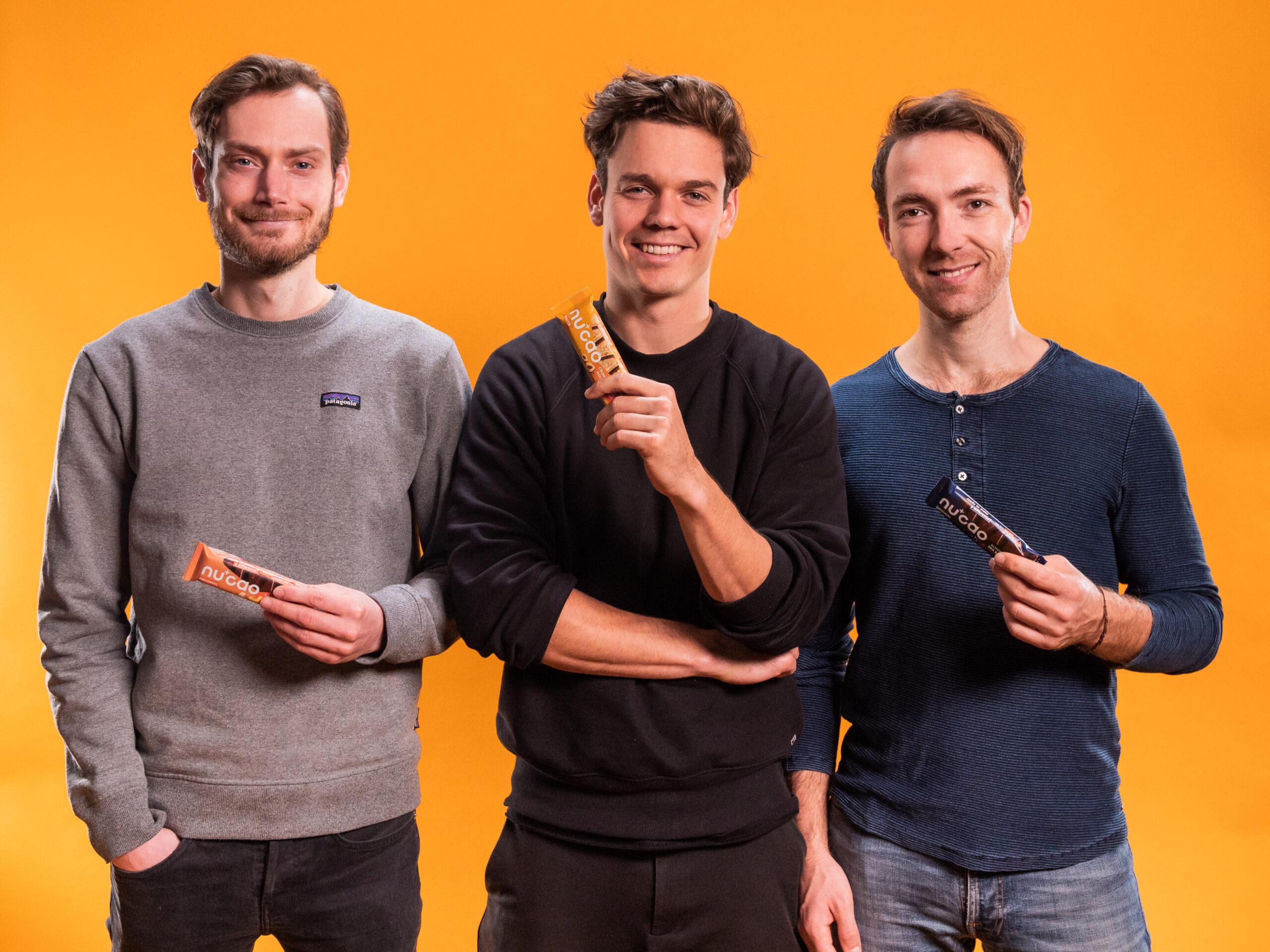 Offline First: Auf dem Bild sind die drei Gründer von the nu company zu sehen. Die Founder haben ihre Snacks erst im stationären Handel verkauft.