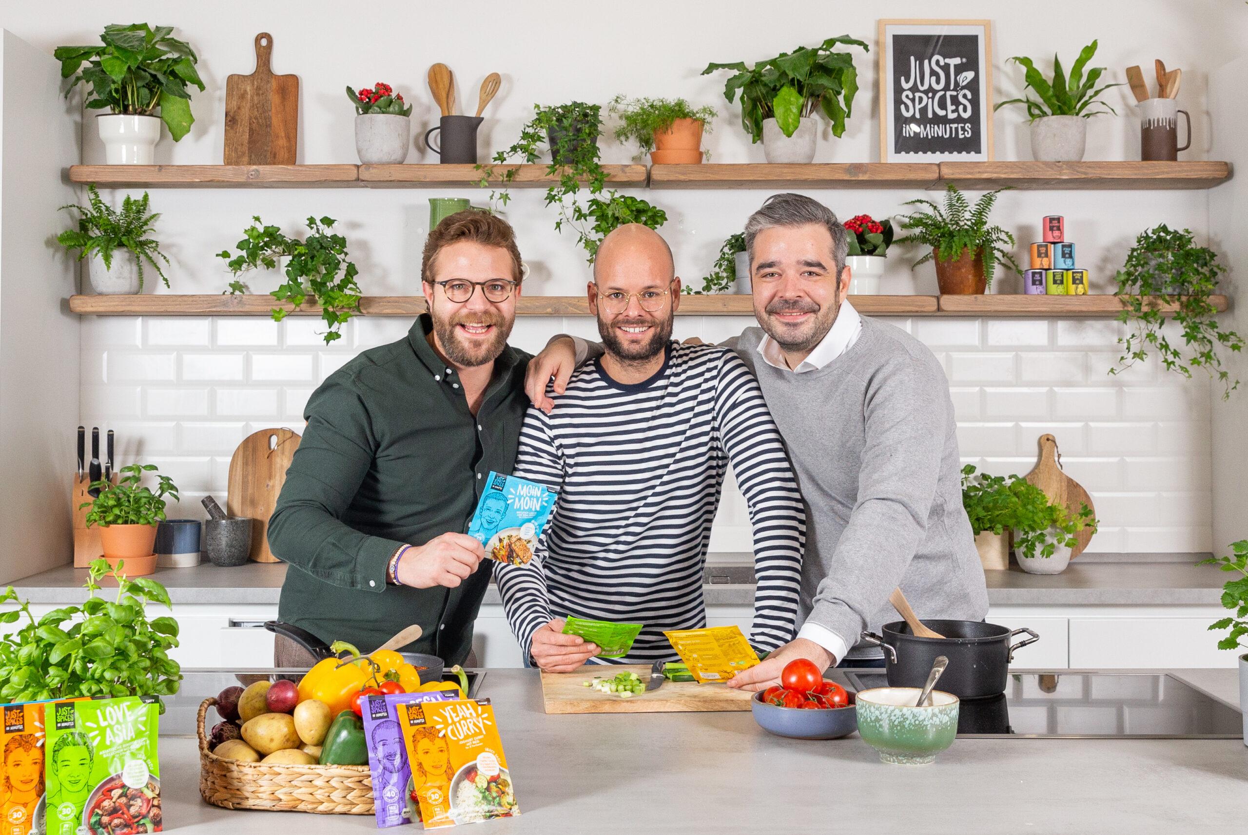 Online First: Auf dem Bild sind die drei Gründer von Just Spices zu sehen. Die Gründer haben ihre Gewürze erst online verkauft.